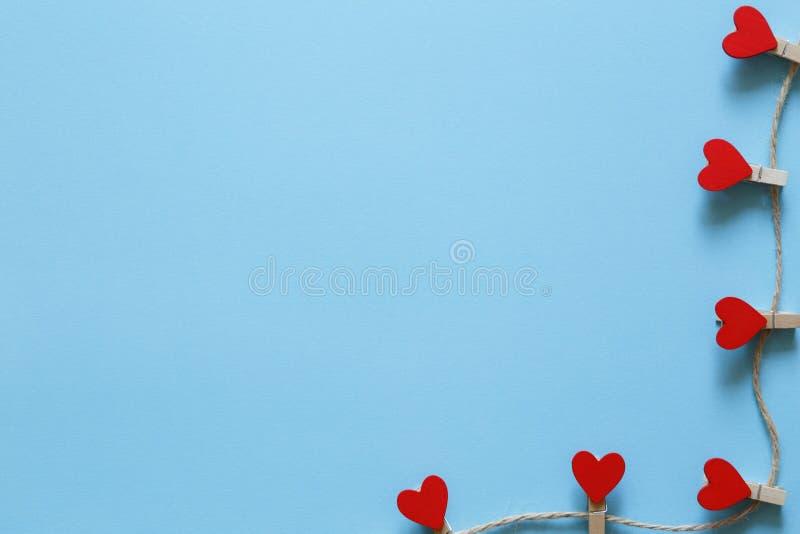 Blauwe achtergrond met rode harten voor romantisch ontwerp royalty-vrije stock foto