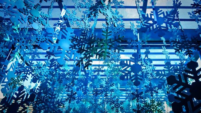 Blauwe achtergrond van decoratieve sneeuwvlokken die op plafond binnen de wandelgalerij hangen royalty-vrije stock fotografie