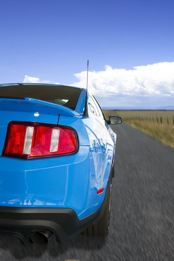 Blauwe Amerikaanse Sportwagen op de Open Weg royalty-vrije stock foto