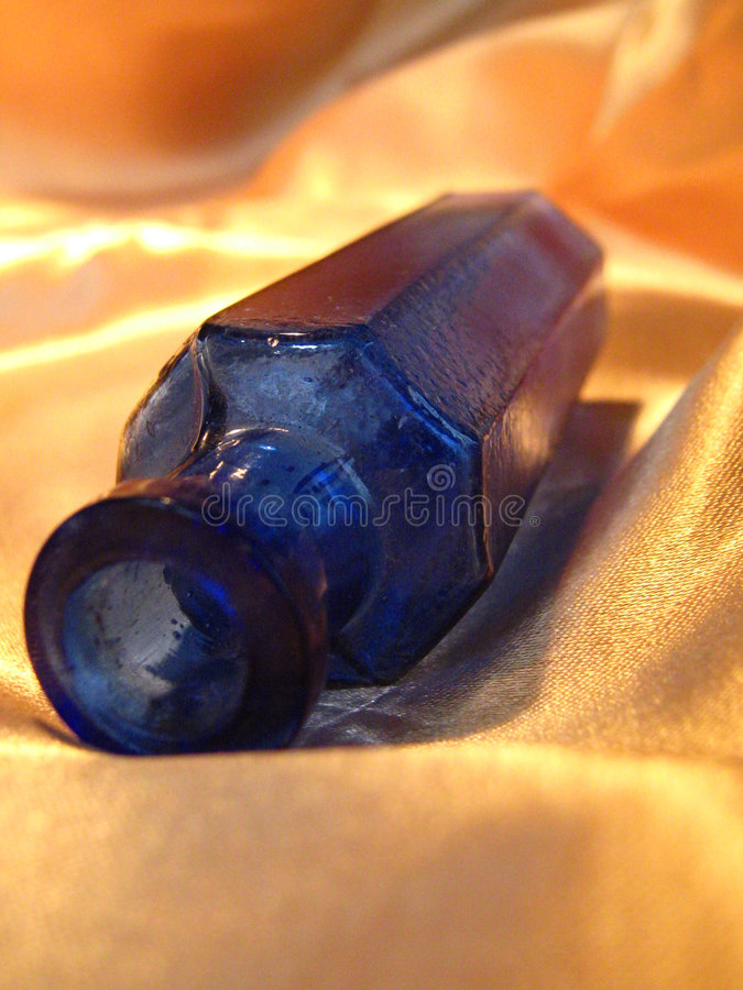 Blauwe antieke fles royalty-vrije stock fotografie