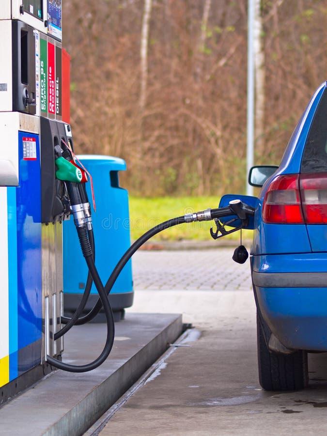 Blauwe auto bij benzinestation royalty-vrije stock afbeelding