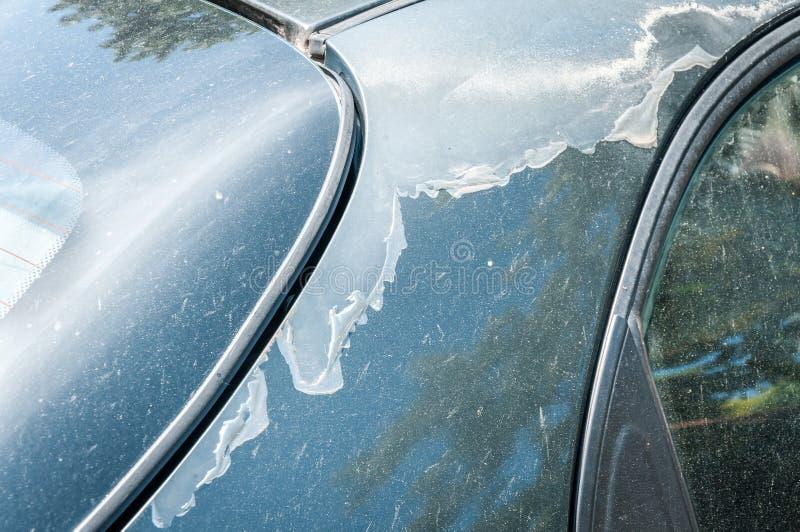 Blauwe auto met beschadigde en gepelde verf en beschermende lak dicht omhoog selectieve nadruk royalty-vrije stock foto's