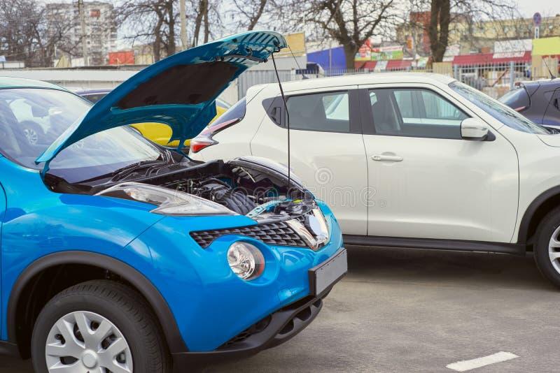 Blauwe auto met een open kap stock foto