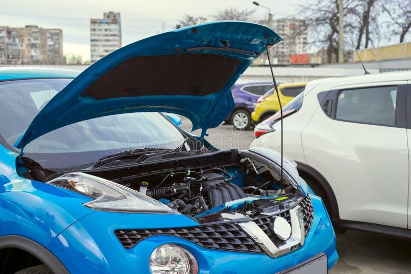 Blauwe auto met een open kap royalty-vrije stock afbeelding