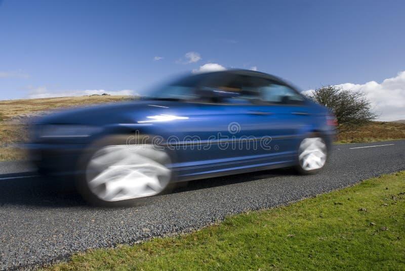 Blauwe auto op de bergweg royalty-vrije stock afbeelding