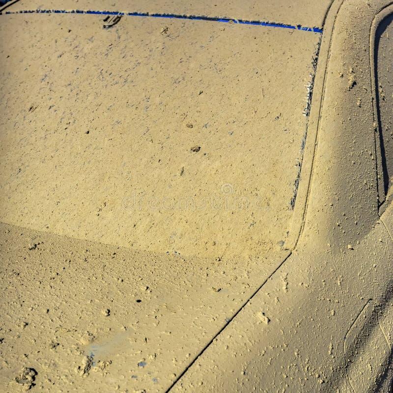 Blauwe auto vastgeroest met droge modder royalty-vrije stock foto's
