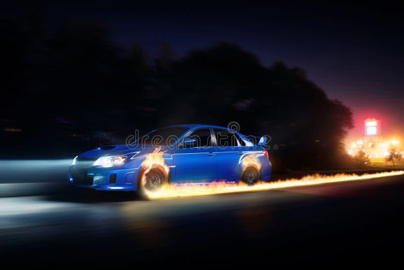 Blauwe autoaandrijving op de weg van het asfaltplatteland met brandwielen bij nacht stock afbeelding