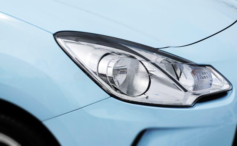 Blauwe autokoplamp stock fotografie