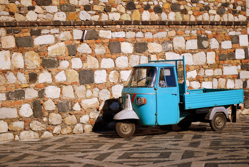 Blauwe autoped met drie wielen voor steenmuur royalty-vrije stock foto