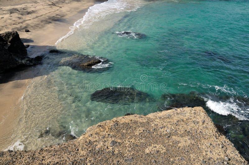 Blauwe baai met rotsen royalty-vrije stock afbeelding
