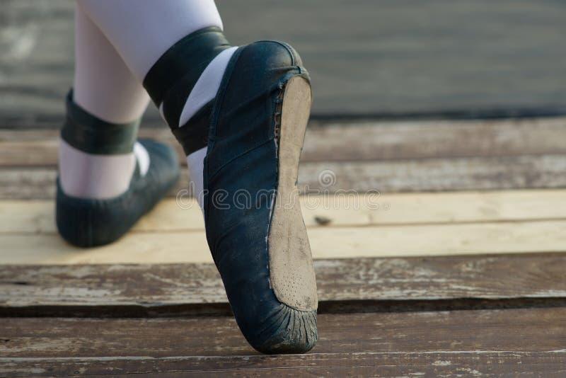 Blauwe balletschoenen met witte sokken in ballerina royalty-vrije stock foto