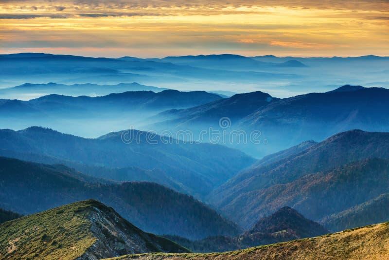 Blauwe bergen en heuvels stock foto