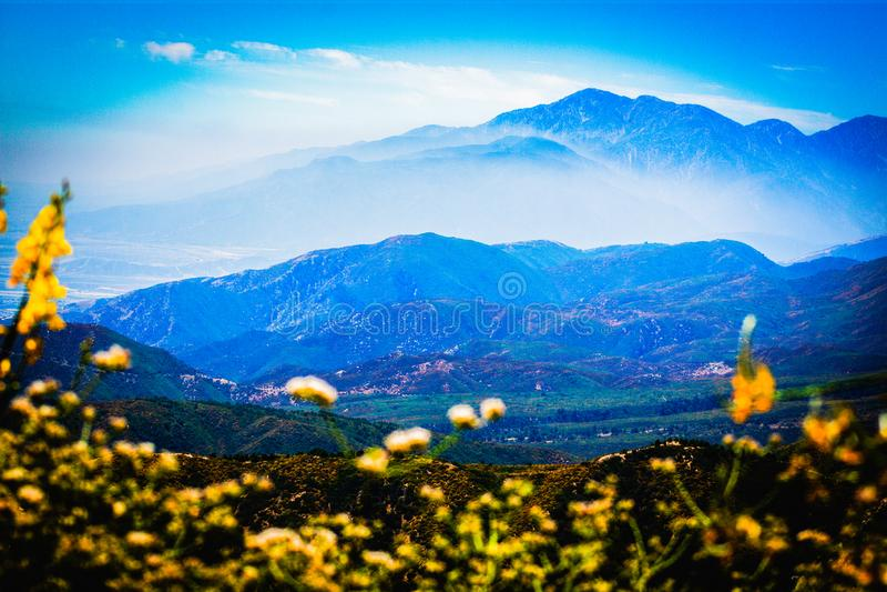Blauwe bergketens op een zonnige dag royalty-vrije stock afbeeldingen