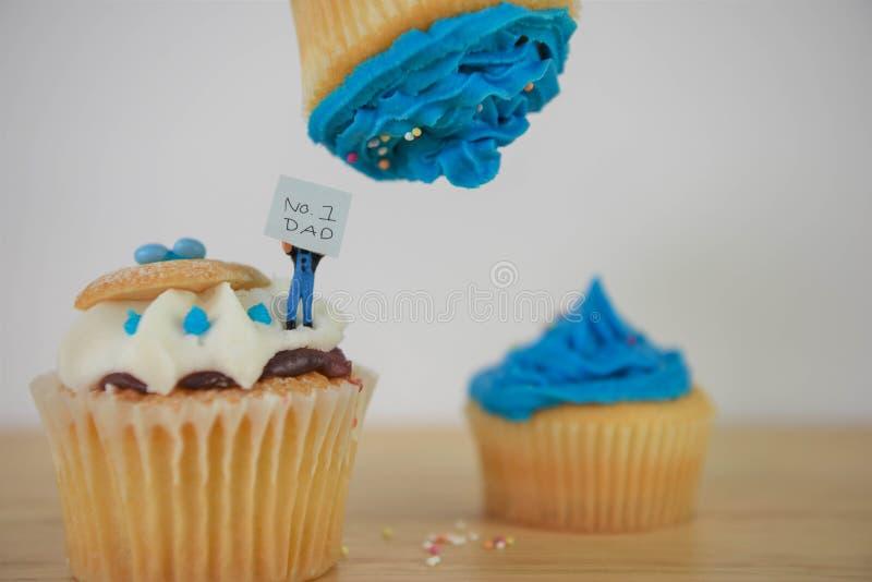 Blauwe bevroren kopcakes met nota voor de papa van Nrs. 1 royalty-vrije stock foto's
