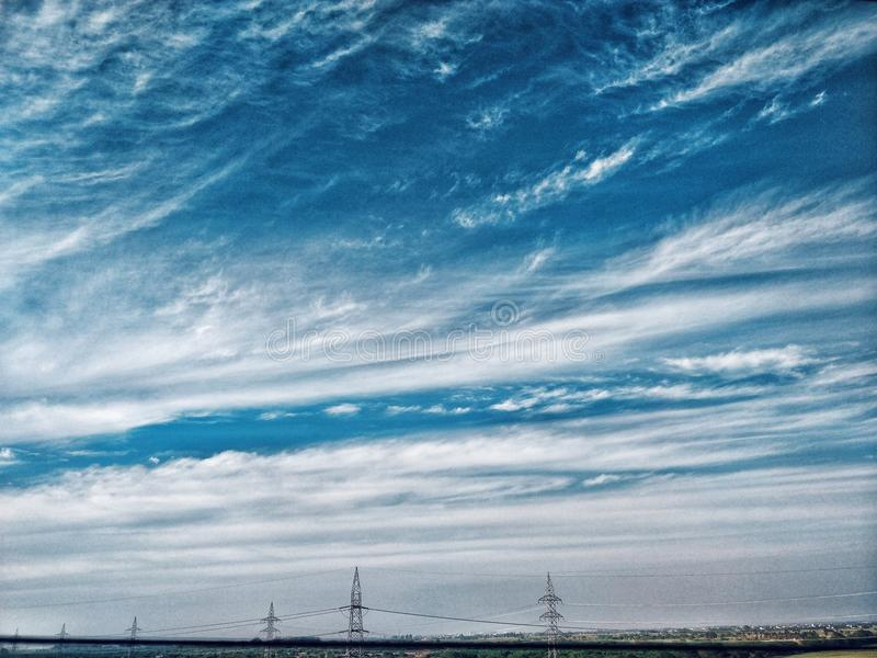 Blauwe bewolkte hemel royalty-vrije stock foto