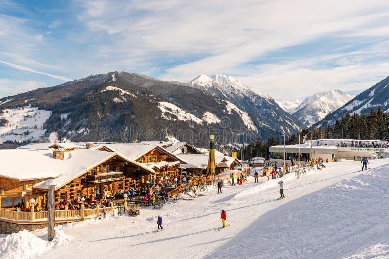 Blauwe, bewolkte hemel over bergrestaurant en bergen bij de achtergrond oostenrijk royalty-vrije stock afbeeldingen