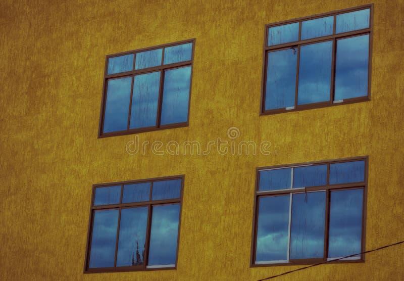 Blauwe bezinningen over grote vensters royalty-vrije stock afbeeldingen