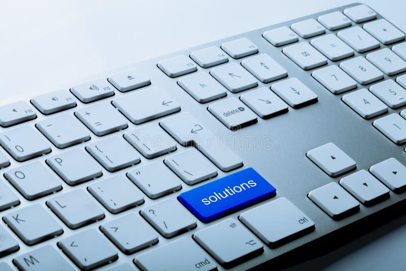 Blauwe Bodemoplossingen op een Toetsenbord op Grijs royalty-vrije stock afbeeldingen