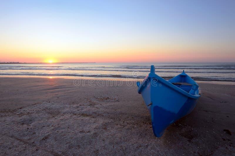 Blauwe Boot op Strand stock afbeelding