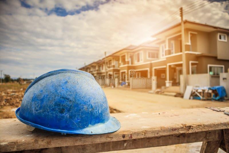 Blauwe bouwvakker bij woningbouwbouwwerf stock foto's