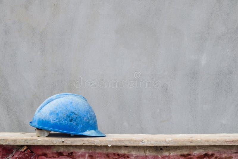 Blauwe bouwvakker op woningbouwbouwwerf stock afbeeldingen