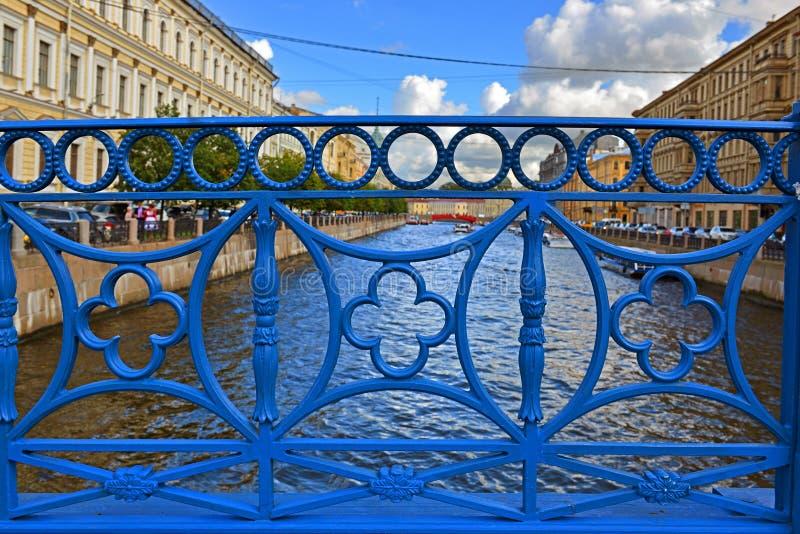 Blauwe Brug over rivier Moika in Heilige Petersburg, Rusland De eerste gietijzerbrug werd gebouwd in 1818 royalty-vrije stock fotografie