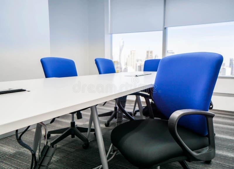 Blauwe bureaustoel met rugleuning in vergaderzaal voor plaatsing stock foto
