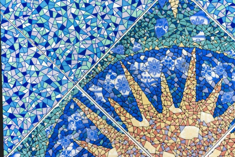 Blauwe ceramische mozaïektegel met het beeld van de zon Achtergrond en textuur van keramische tegels royalty-vrije stock afbeeldingen