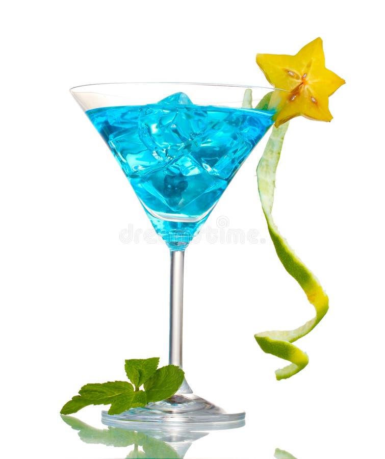 Blauwe cocktail in martini glazen stock foto