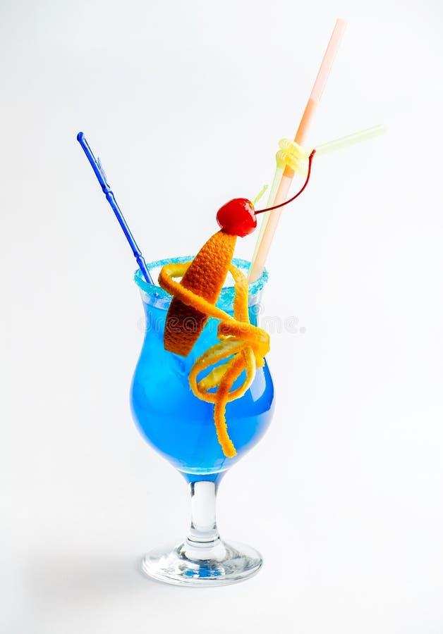 Blauwe cocktail met ijs met sinaasappel en kers stock afbeelding