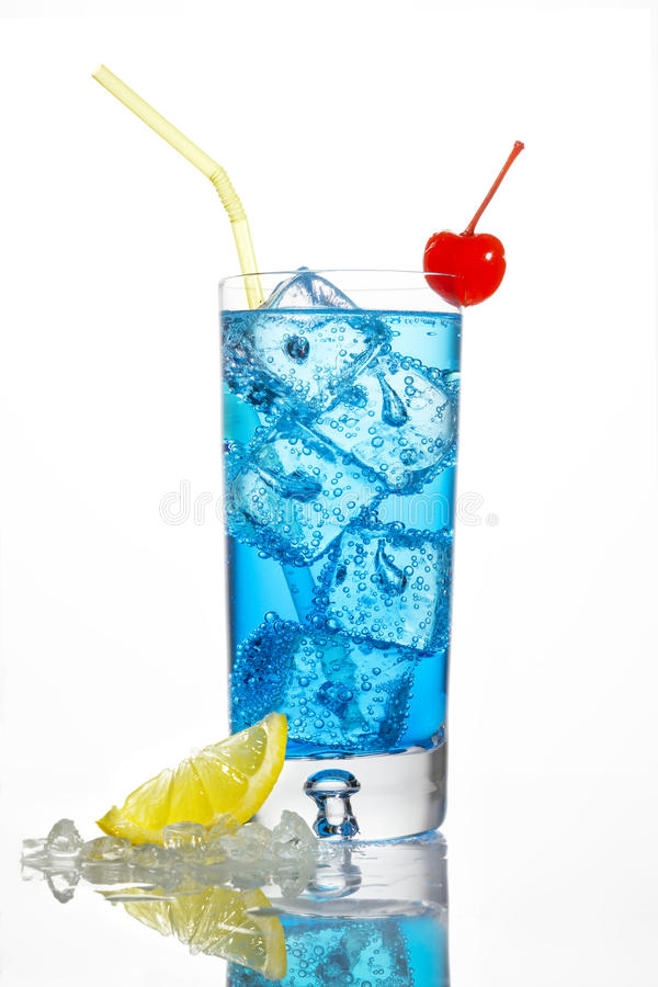 Blauwe cocktail met kers stock afbeelding