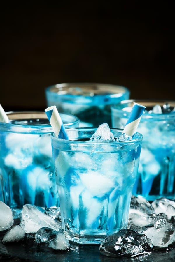 Blauwe cocktail met verpletterd ijs op een donkere achtergrond, selectief F stock foto