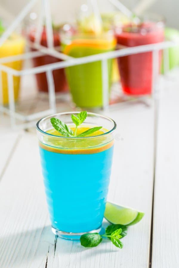 Blauwe cocktail met verse citroen royalty-vrije stock foto's