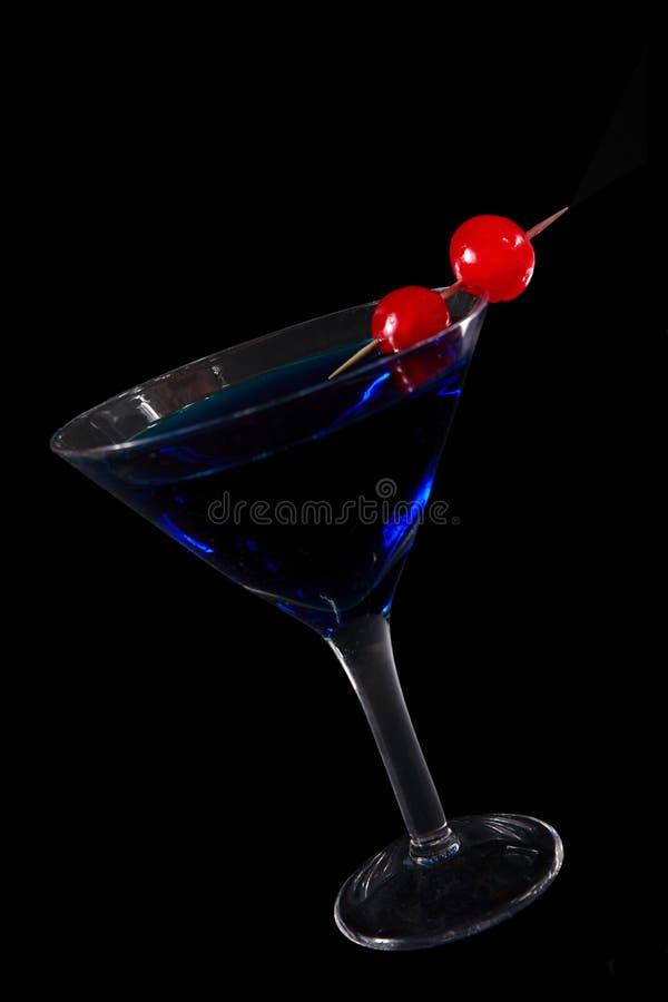 Blauwe cocktail op zwarte royalty-vrije stock foto's