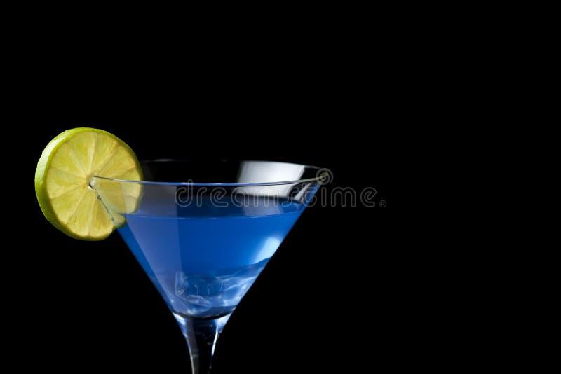 Blauwe cocktail op zwarte royalty-vrije stock afbeelding