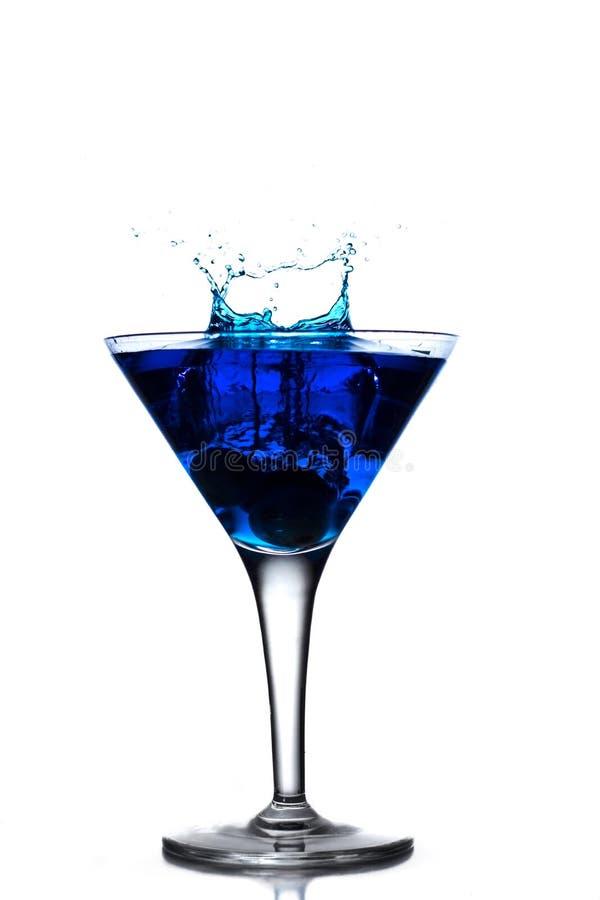 Blauwe cocktailplons in martini-glas royalty-vrije stock foto's