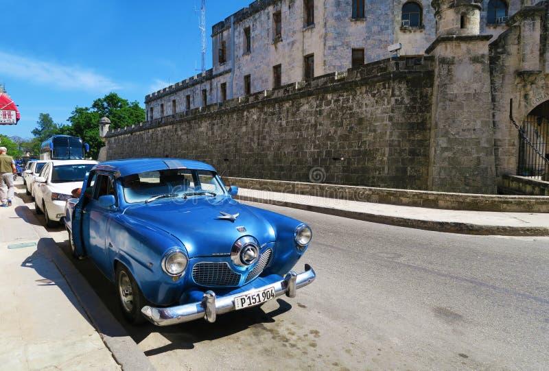 Blauwe Cubaanse retro auto royalty-vrije stock afbeelding