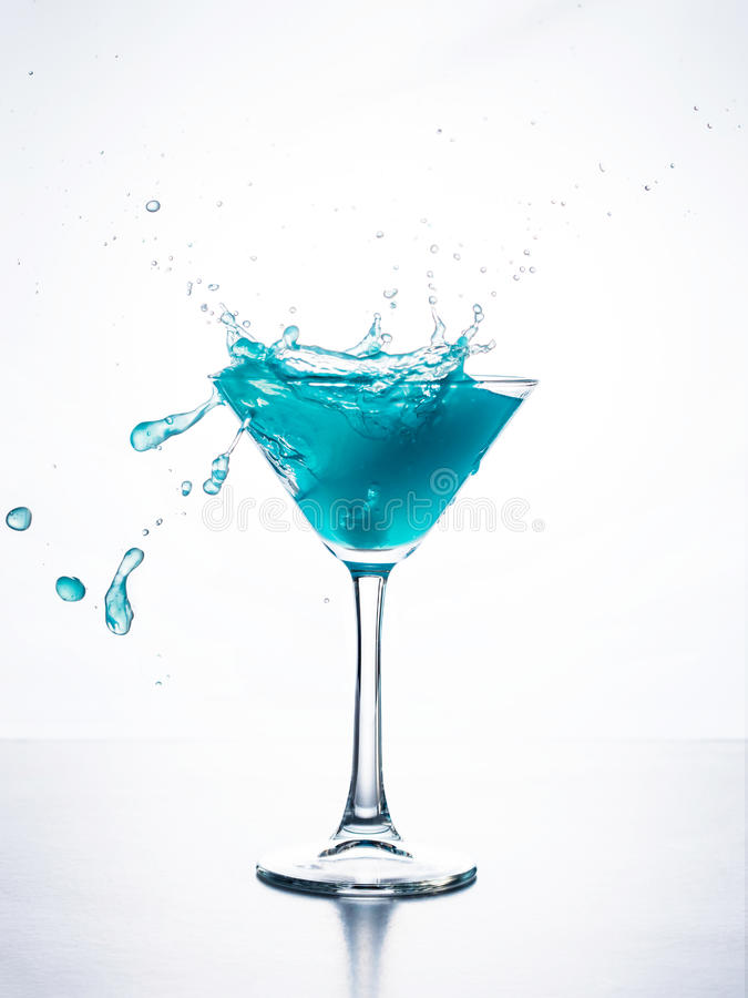 Blauwe curacao cocktail met plons stock fotografie