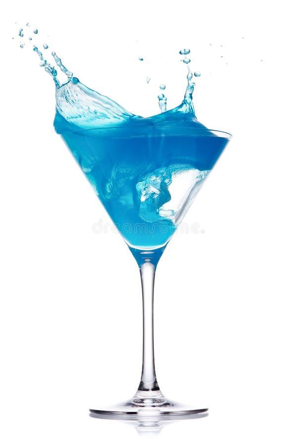 Blauwe curacao cocktail met plons op wit royalty-vrije stock foto