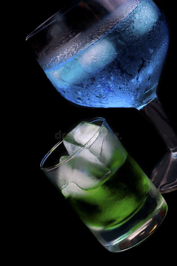 Blauwe Curacao en alsem in een glas royalty-vrije stock fotografie