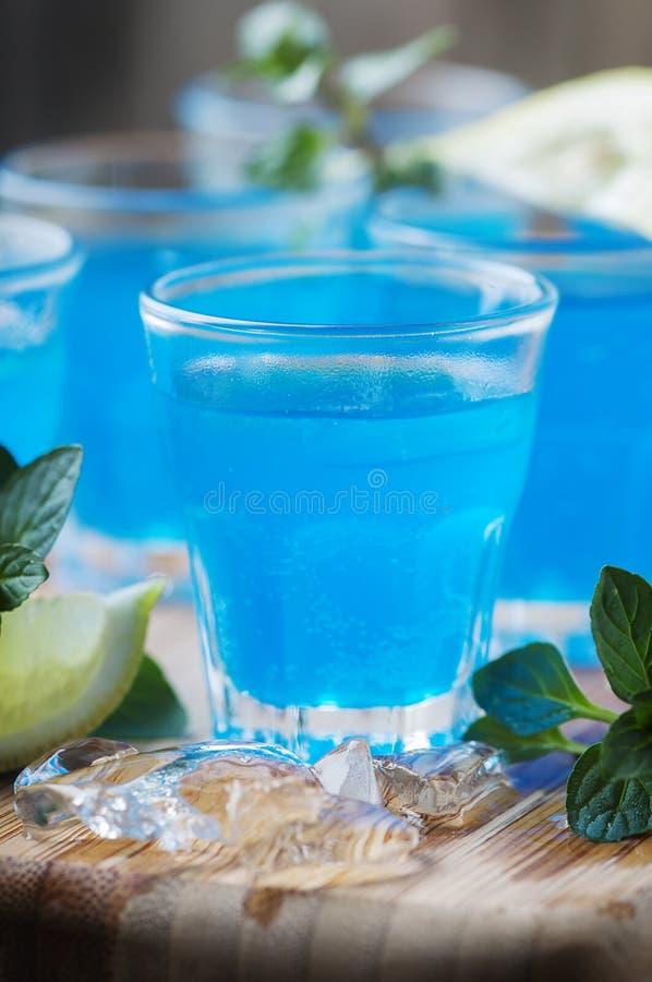 Blauwe curacao likeur met citroen op de houten lijst royalty-vrije stock foto