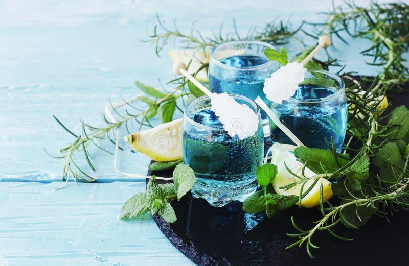 Blauwe curacao likeur of sambuca met citroen stock fotografie