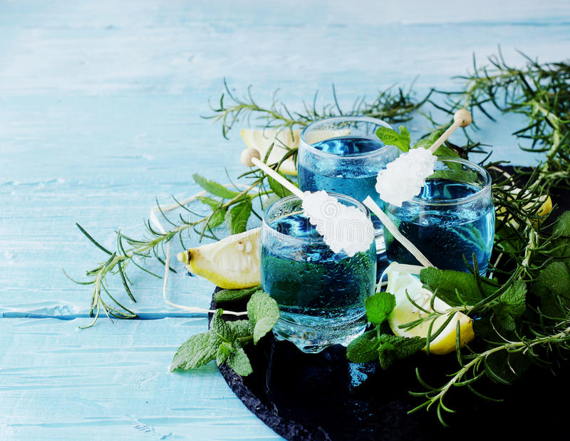 Blauwe curacao likeur of sambuca met citroen royalty-vrije stock foto
