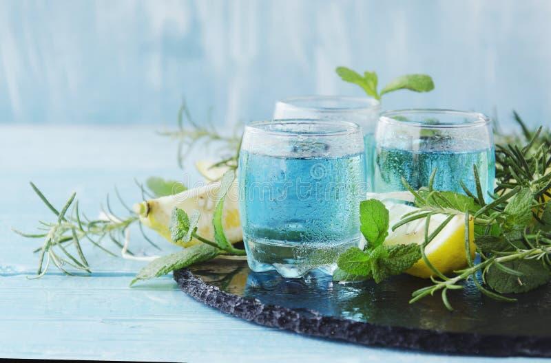Blauwe curacao likeur of sambuca met citroen stock afbeelding