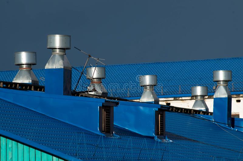 Blauwe dak en ventilatiepijpen op het royalty-vrije stock afbeelding
