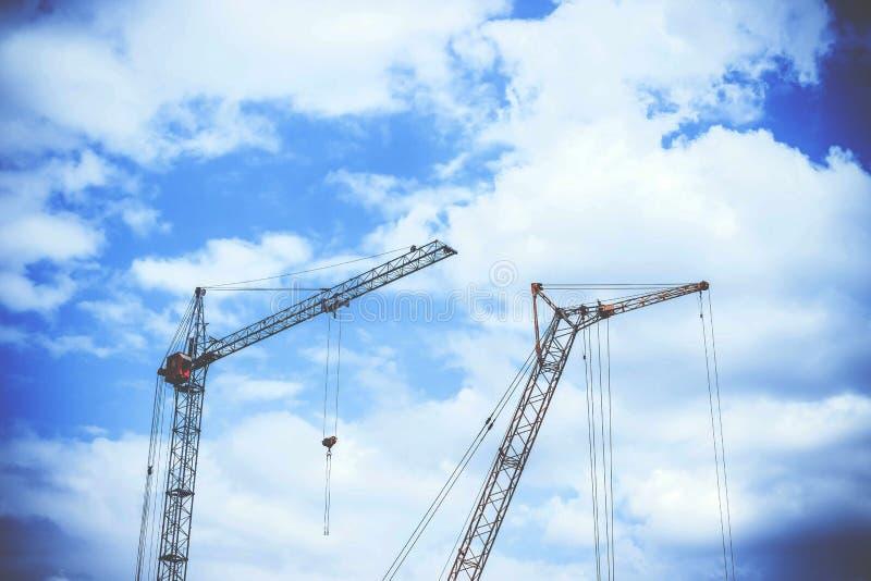 Blauwe de Cumuluswolken van Gray Rectangular Power Crane With hierboven als Achtergrond tijdens Dag stock foto's