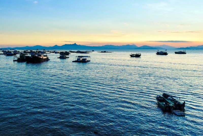 Blauwe de hemelschepen van het kustlandschap stock foto's