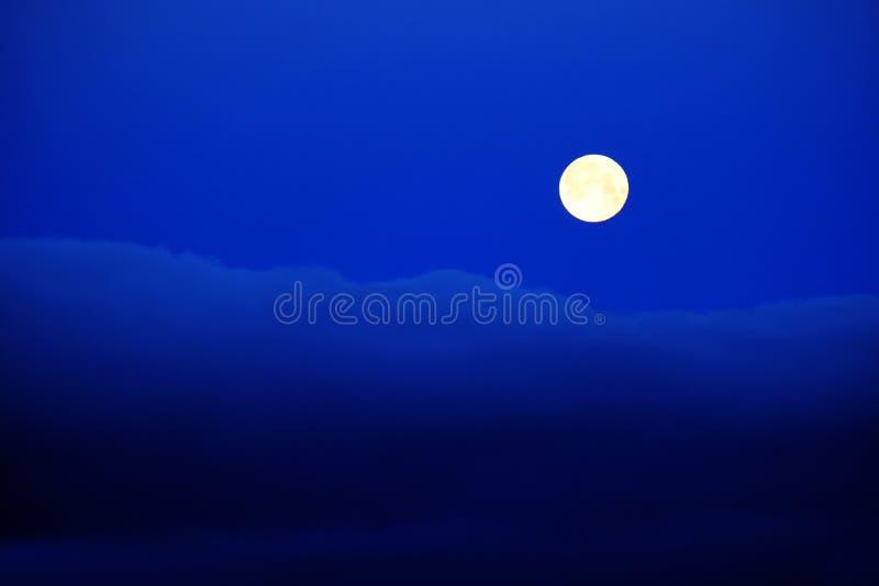 Blauwe de Nachthemel van volle maanwolken royalty-vrije stock foto