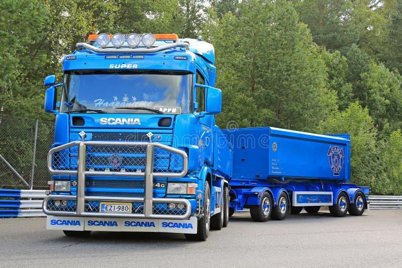 Blauwe de Vrachtwagen en het Grintaanhangwagens van Scania 164G stock afbeelding