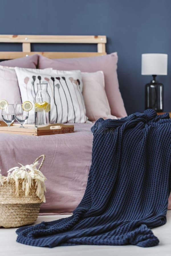 Blauwe deken op bed stock foto